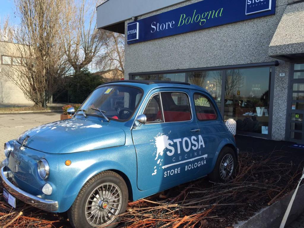 Una 500 storica è stata scelta per sottolineare l'inaugurazione dello store Stosa di Bologna e invitare a scoprire le novità contemporanee di un'azienda ricca di tradizione.