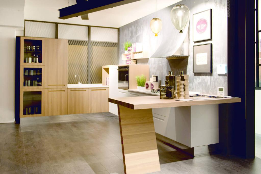 Pavimenti, pareti e travi a vista caratterizzano il carattere industriale del concept Stosa.