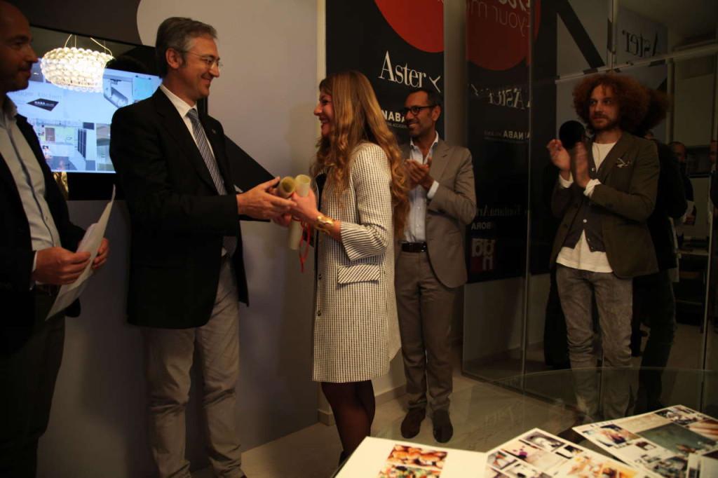 Mirco Del Prete mentre consegna il primo premio a Simona Lacagnina per il progetto Valorum Kitchen.