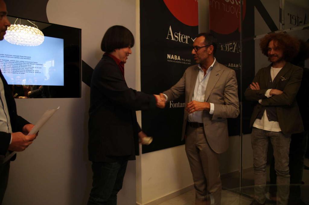 L'architetto Andrea Castrignano mentre consegna il premio al secondo classificato Tianshu Shi per il progetto Temporary Lab.