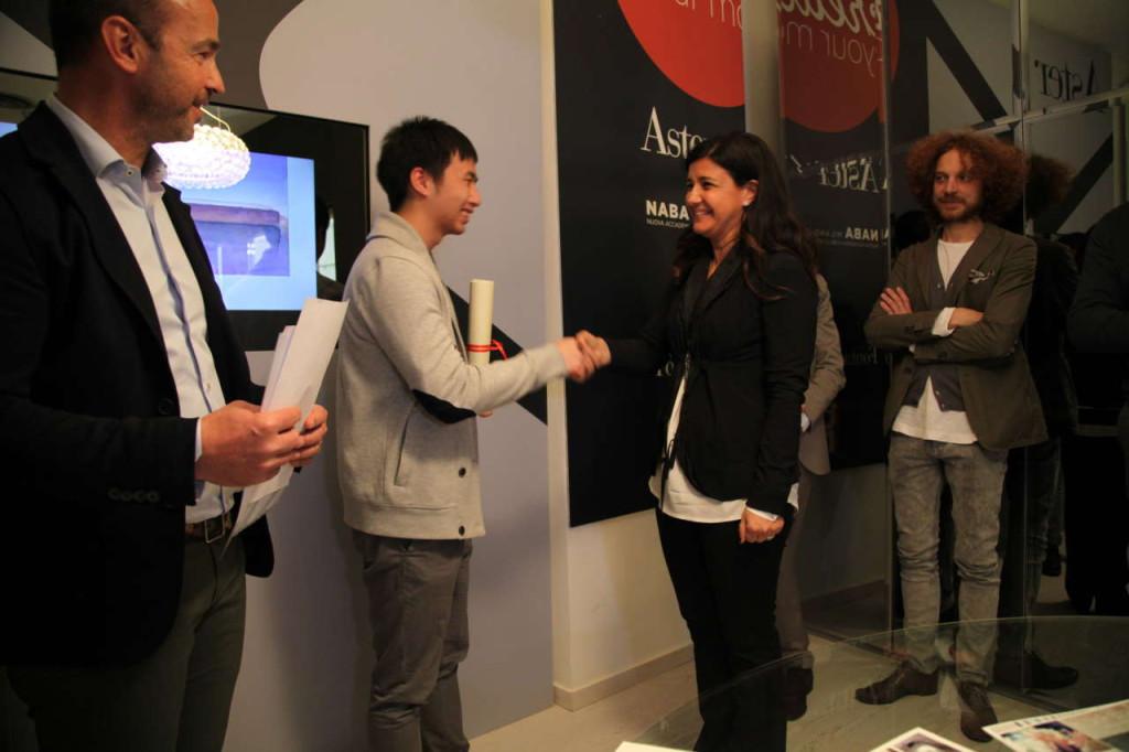 Paola Massobrio, di Bora Italia, premia Fuhua Wang per la Office Kitchen. Progetto altamente flessibile che racconta la crescente presenza di luoghi ibridi nei quali scompare la separazione tra spazi domestici e lavorativi.