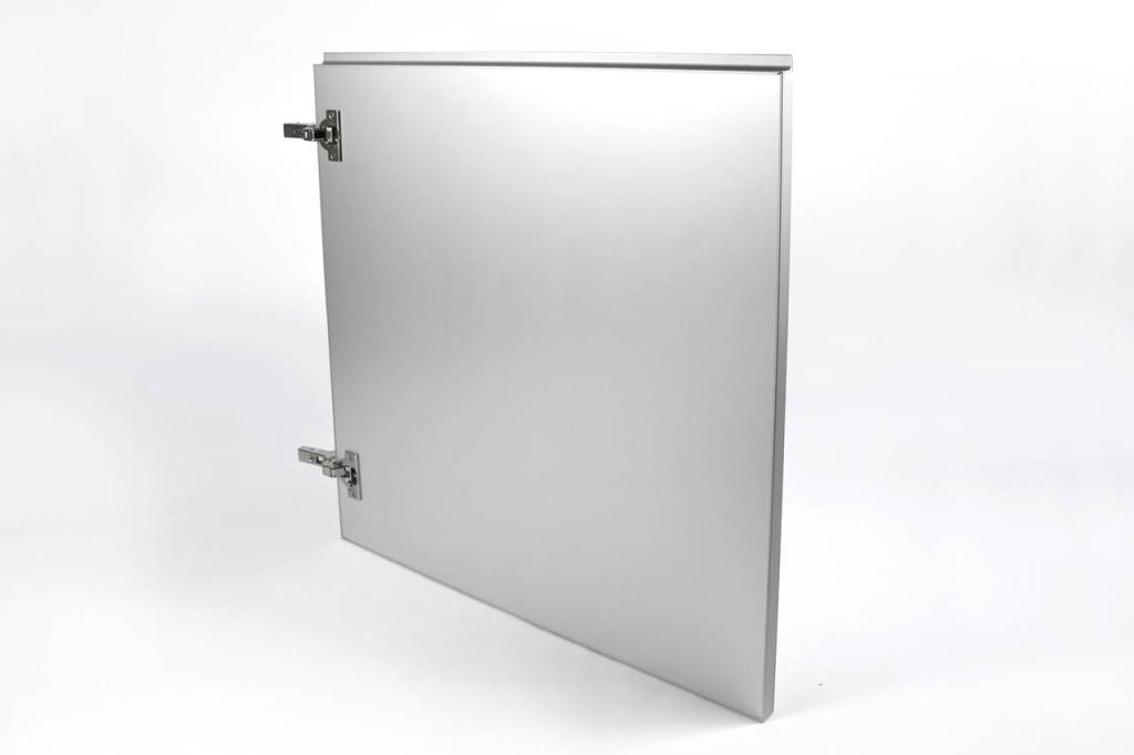 Il retro dell'anta Plan.a di Scilm  è rivestito con una lamina di alluminio per una massima tenuta all'umidità.