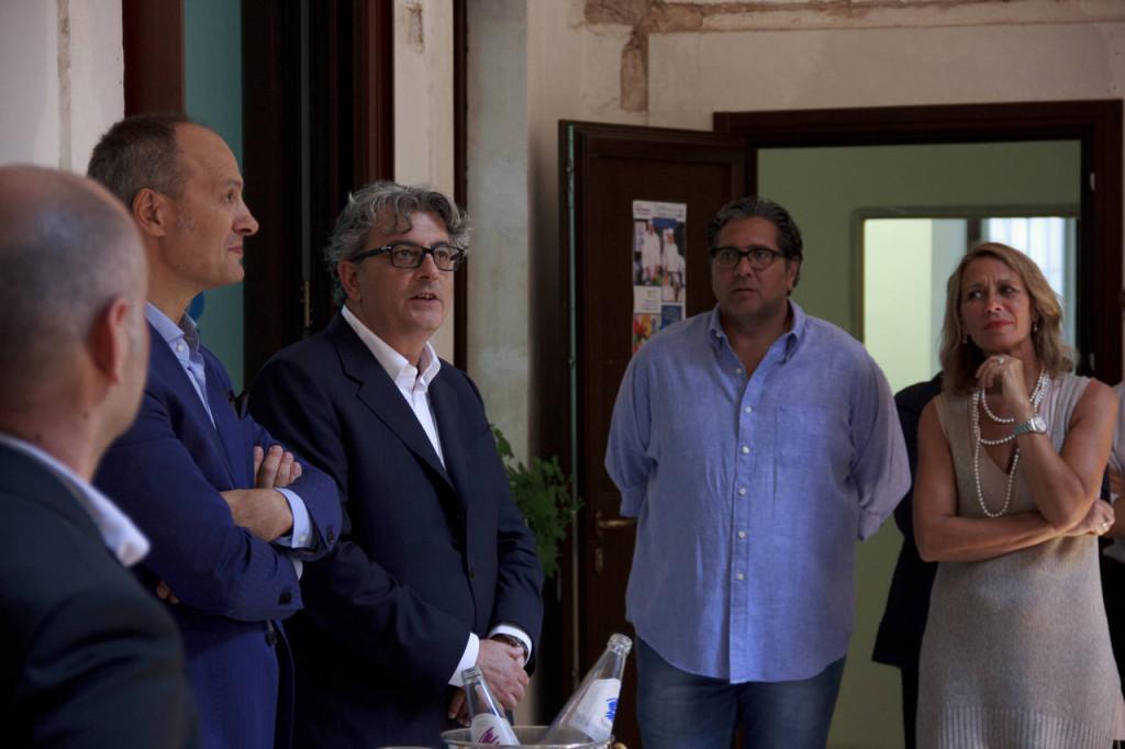 Il direttore generale di Beko Italia Federico Mangiacotti, secondo a partire  da sinistra, ritratto durante l'inaugurazione della nuova Mediterranean Cooking School di Ceglie Messapica