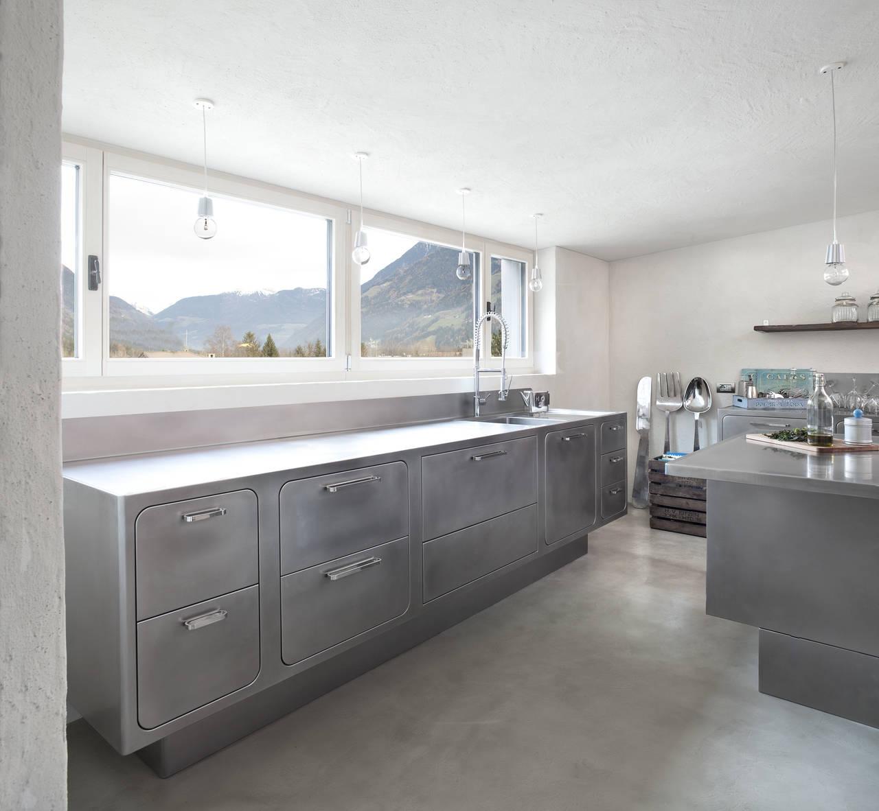 Cucina in acciaio in un\'abitazione altoatesina | Ambiente Cucina
