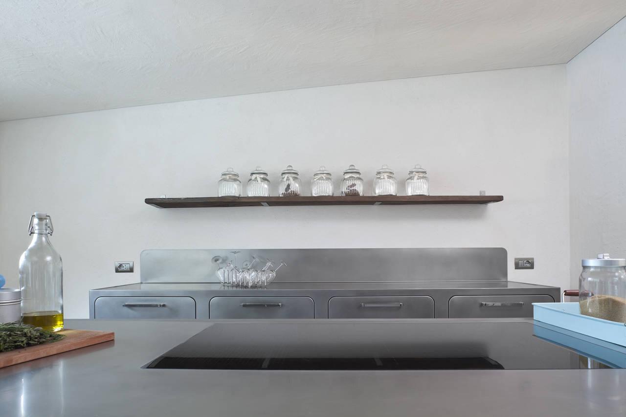 Cucina in acciaio in un\'abitazione altoatesina   Ambiente Cucina