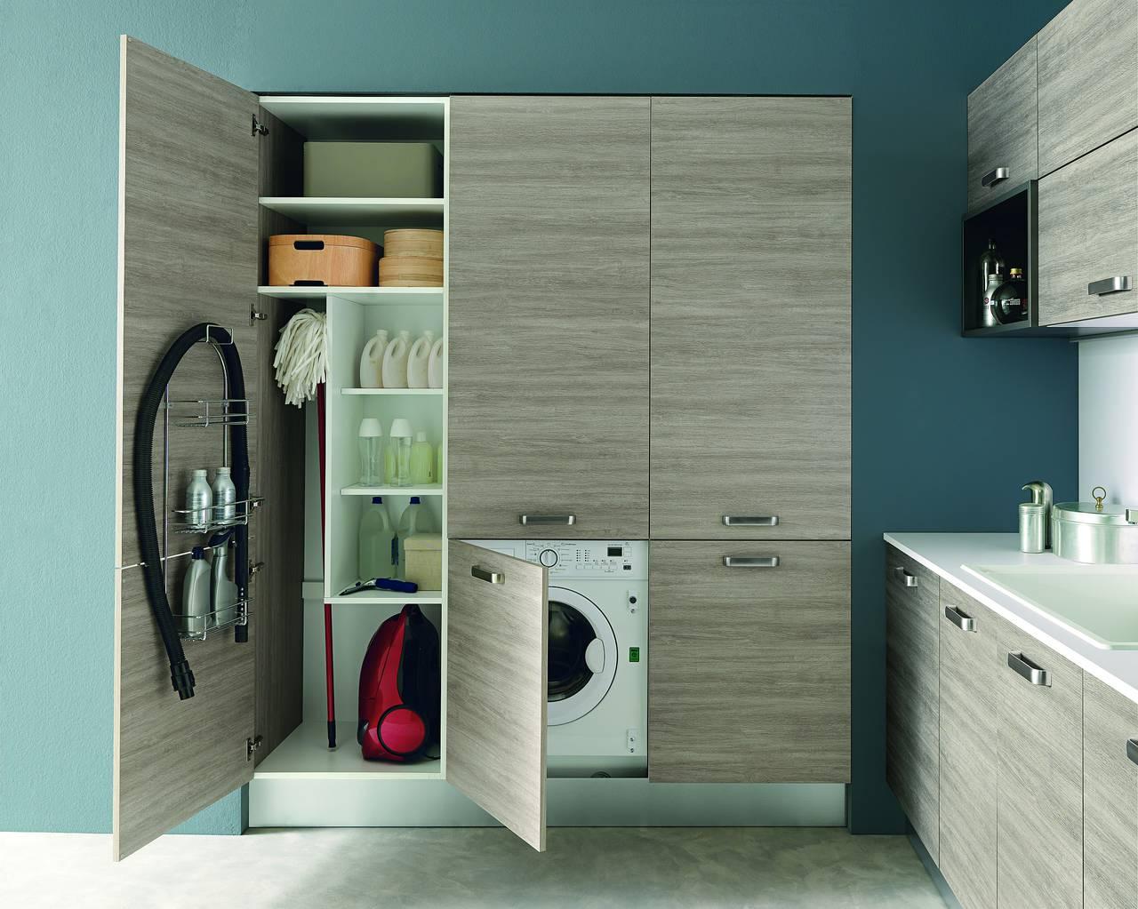 """Il modello propone un pratico """"corner"""" lavanderia e ripostiglio in decorativo legno color Sucupira champagne."""