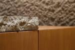Sotto lo scorrevole dell'isola Atelier, il piano di lavoro si presenta in pietra bianco di hokkaido. Design Alberto Minotti.