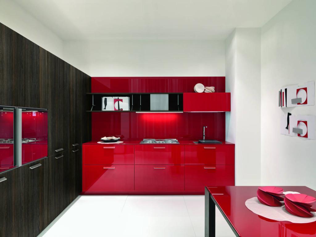 Vetro laccato rosso per Noblesse di Aster (design Lorenzo Granocchia) abbinato alle colonne in nero.