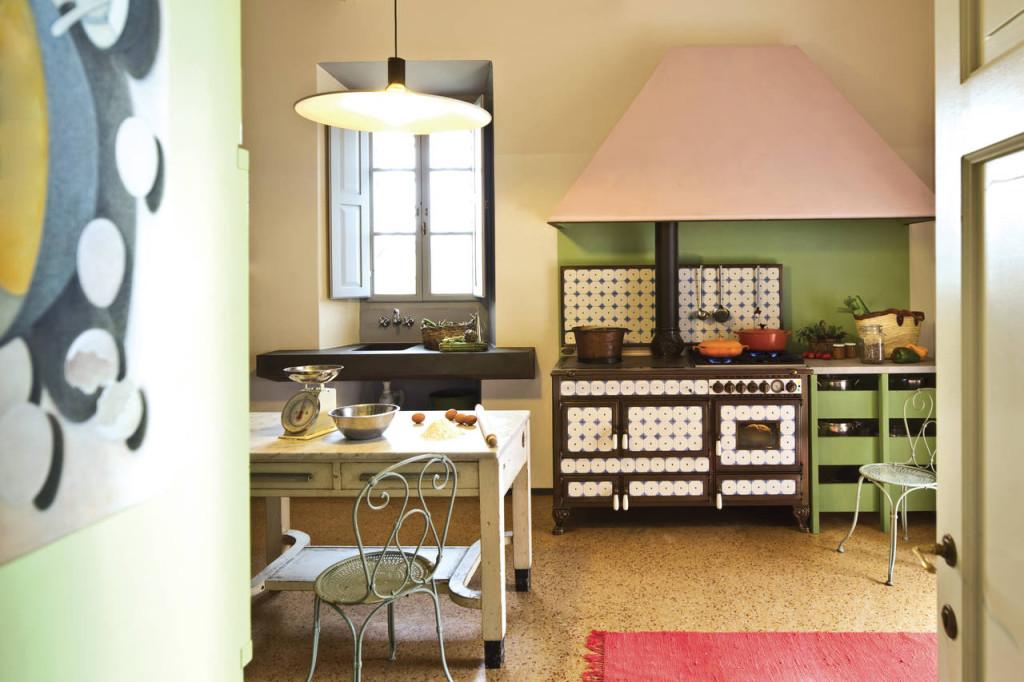 La cucina Borgo Antico è caratterizzata da un rivestimento in maioliche decorate e fissate con una vite centrale, e piedini in fusione. Disponibile anche uno zoccolo in metallo, per soluzioni ad incasso.