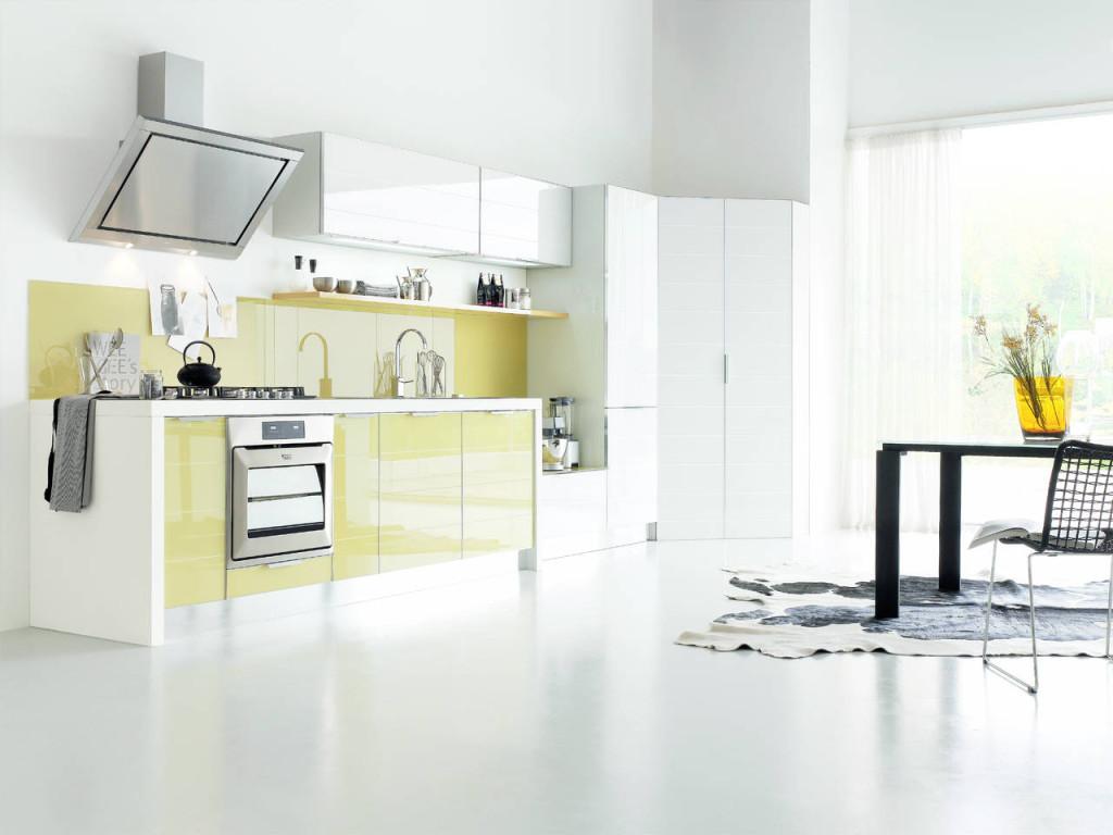 Brillant, uno dei bestseller di Stosa, in una composizione in vetro dogato bianco e giallo, con schienale in tinta con le basi.