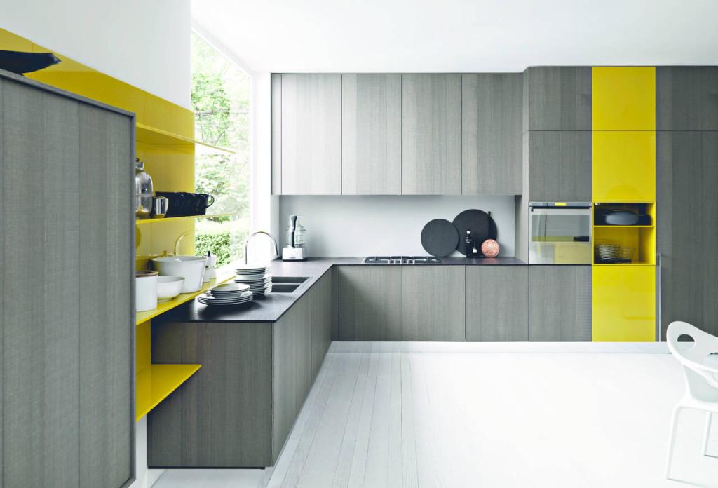 Con Kalea (design Gianvittorio Plazzogna), Cesar propone il laccato lucido giallo mostarda in abbinamento al legno di rovere.