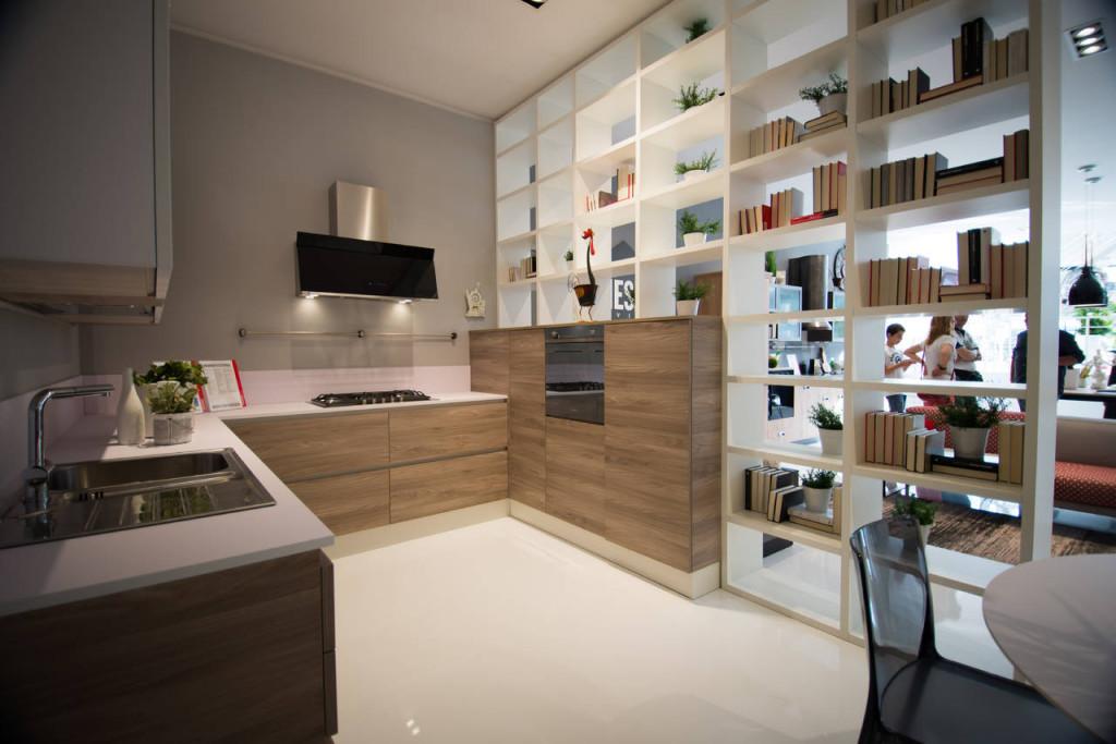 Le nuove soluzioni Scavolini per il living, come il sistema parete Fluida, si integrano perfettamente con le proposte di cucina e, in questo caso, scandiscono lo spazio come parete divisoria