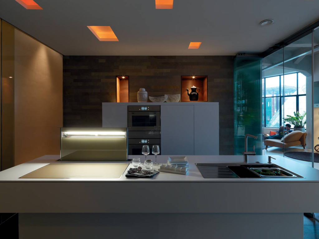 Declinata in champagne, la proposta del sistema modulare Frames si sposa perfettamente con lo stile minimal di una elegante casa londinese.