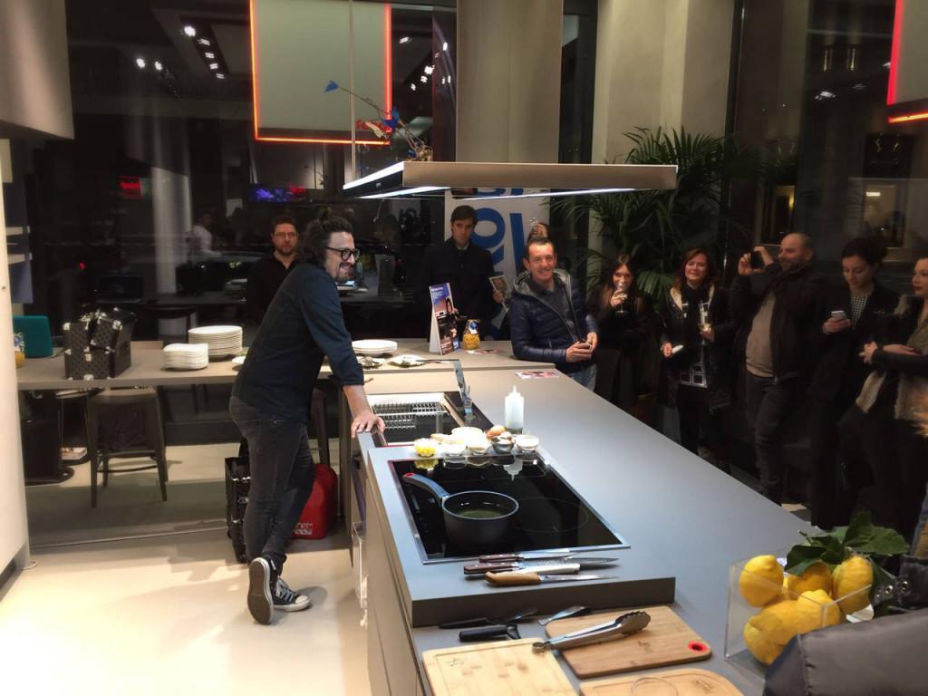 Lo chef Alessandro Borghese durante lo show cooking nello show room Febal