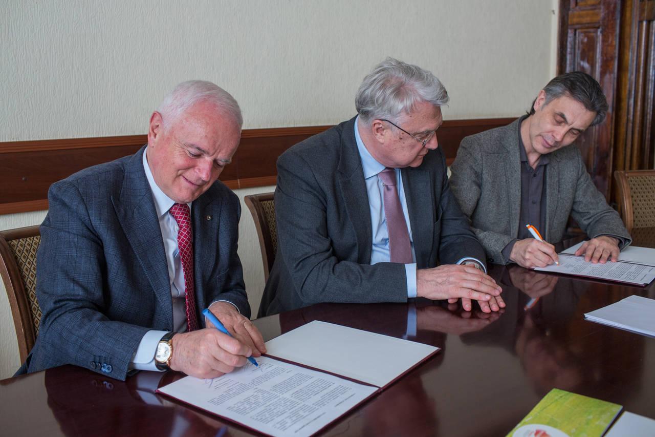 La firma dell'accordo presso l'Ambasciata italiana a Mosca