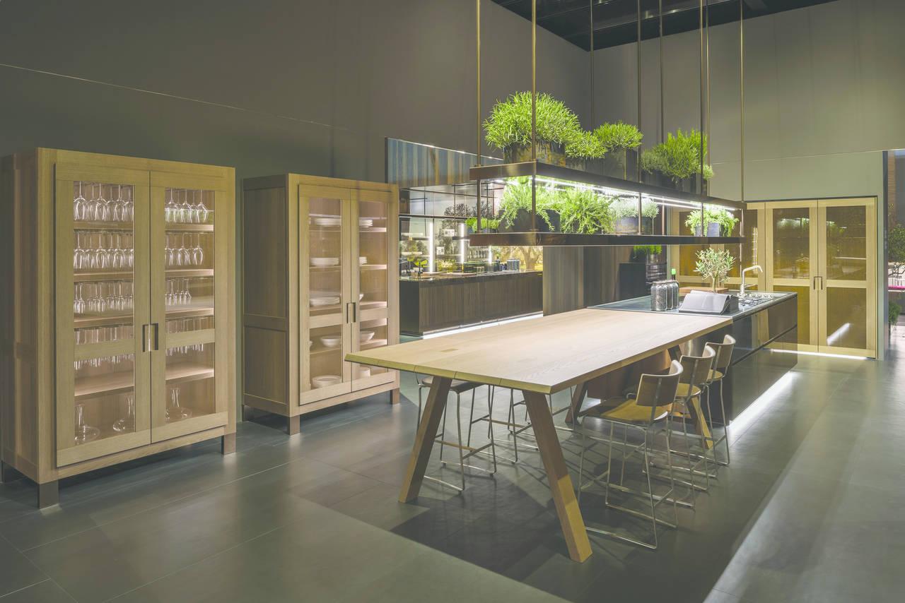 """Principia è il nuovo programma proposto da Arclinea e progettato da Antonio Citterio. Unisce il legno materico con una finitura """"ruvida"""", alle innovative colorazioni dell'acciaio inox generate attraverso il tecnologico processo del PVD."""