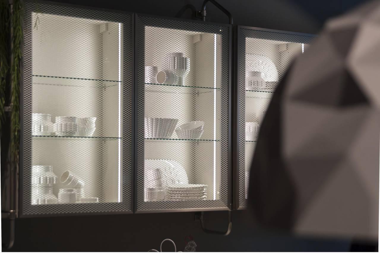 """Le ante con vetri proposti da Diesel Open Workshop  con di tre tipologie: """"flutes"""", fumé con rete nera, trasparente con rete bianca."""