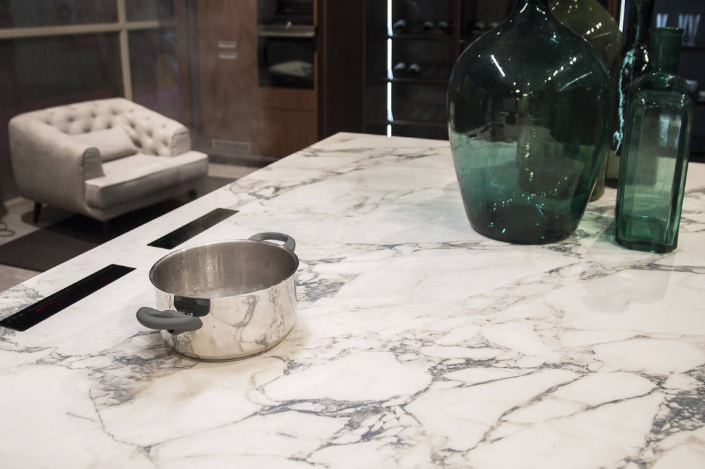 Da Pedini, la pentola bolle sul piano di lavoro in gres porcellanato di Iris Ceramica