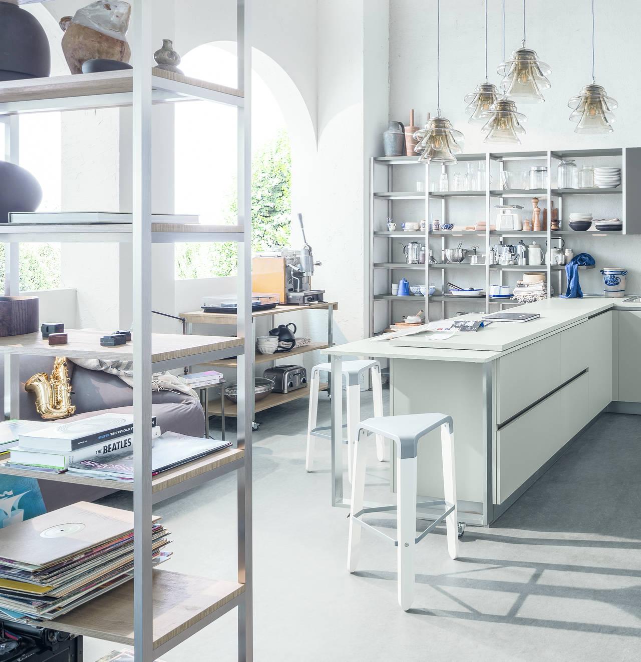 Una libreria in cucina ambiente cucina - Mensole per cucine ...