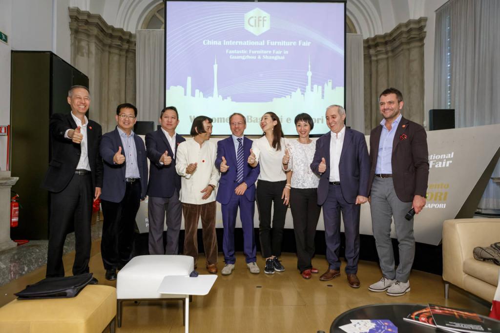 La squadra al completo degli organizzatori di CIFF, China International Furniture Fair