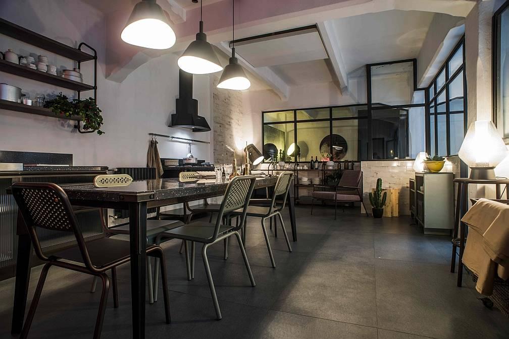 L'atmosfera industrial della cucina Diesel Open Workshop, di Scavolini, nella location milanese della Casa Pop Up Diesel Living, aperta durante il FuoriSalone e visitabile fino a ottobre