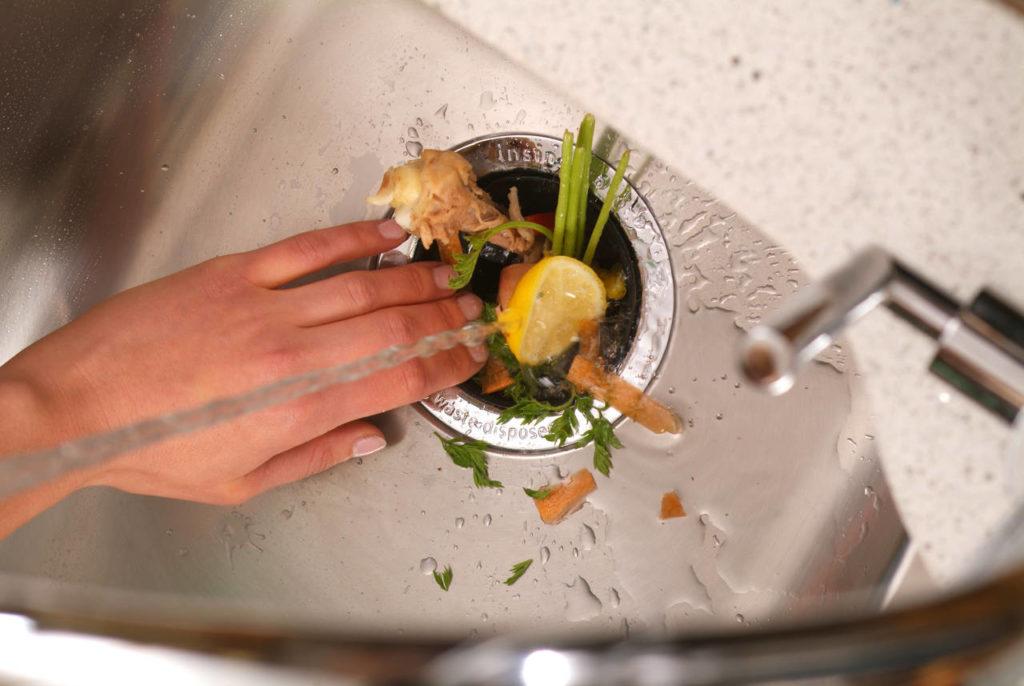 Con il dissipatore di rifiuti è possibile eliminare i rifiuti alimentari direttamente dal lavandino