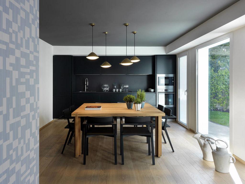 Protagonista dell'area living comune, la cucina è stata realizzata con gli arredi di GeD Cucine