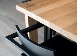Un dettaglio del tavolo Noi disegnato da Nicola Gisonda e realizzato in legno massello di rovere naturale