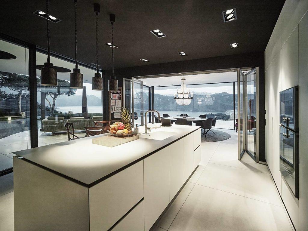 L'isola del sistema K14, di Boffi, arreda la cucina della villa con vista sul lago di Lucerna