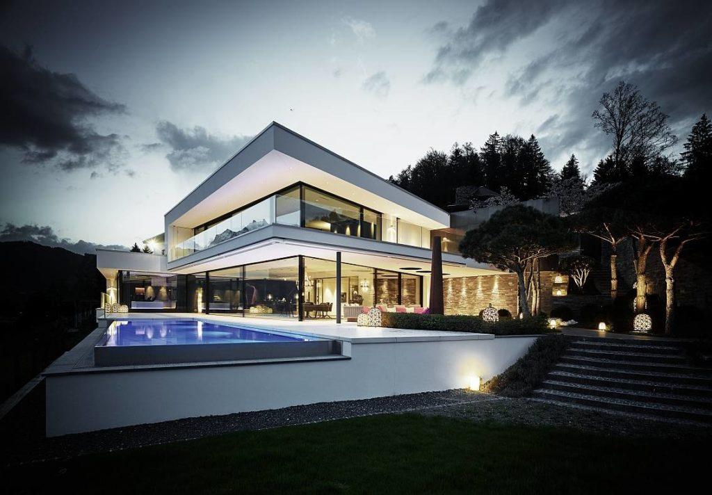 L'esterno della villa, con la piscina in primo piano