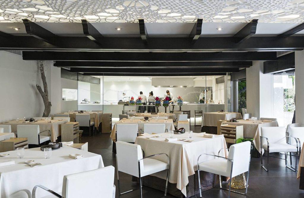 Dalla sala del ristorante si possono vedere Chef e cuochi al lavoro nella cucina