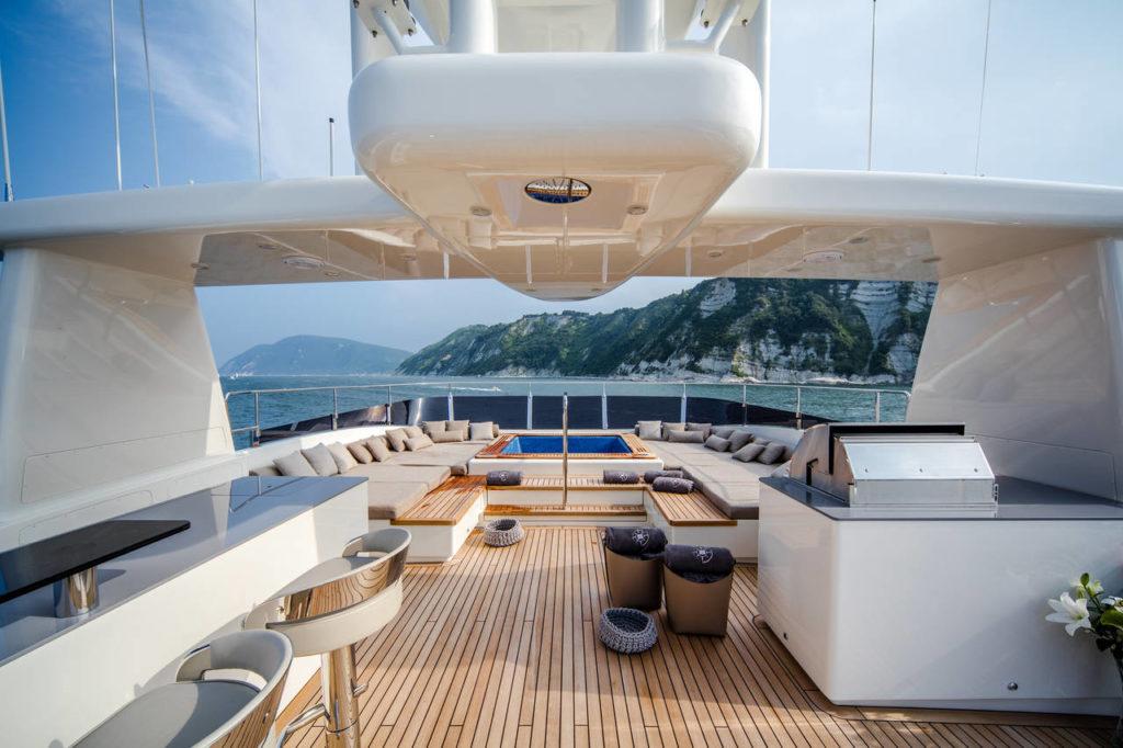 Sul Sun Deck con piscina, Bar e Bbq sono dotati di top in Lapitec® Grigio Cemento