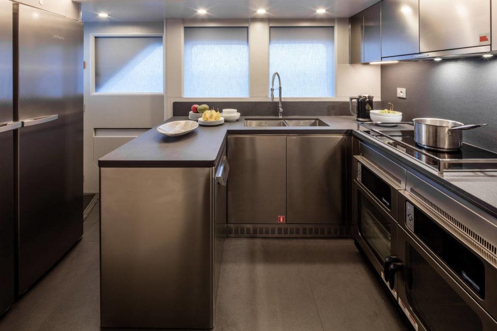 La cucina in acciaio con top in Lapitec® finitura Vesuvio Nero Antracite