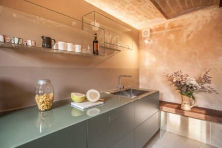 Charme antico e design firmato per uno spazio cucina dalle trasparenze soft
