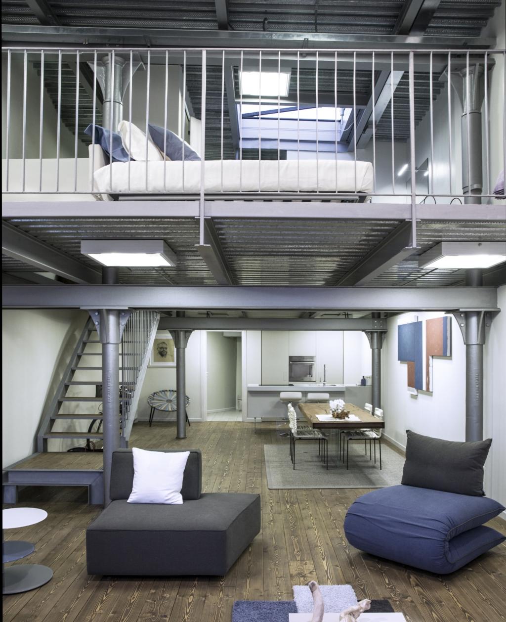 Un loft total look con vista panoramica ambiente cucina for Soggiorno arredato