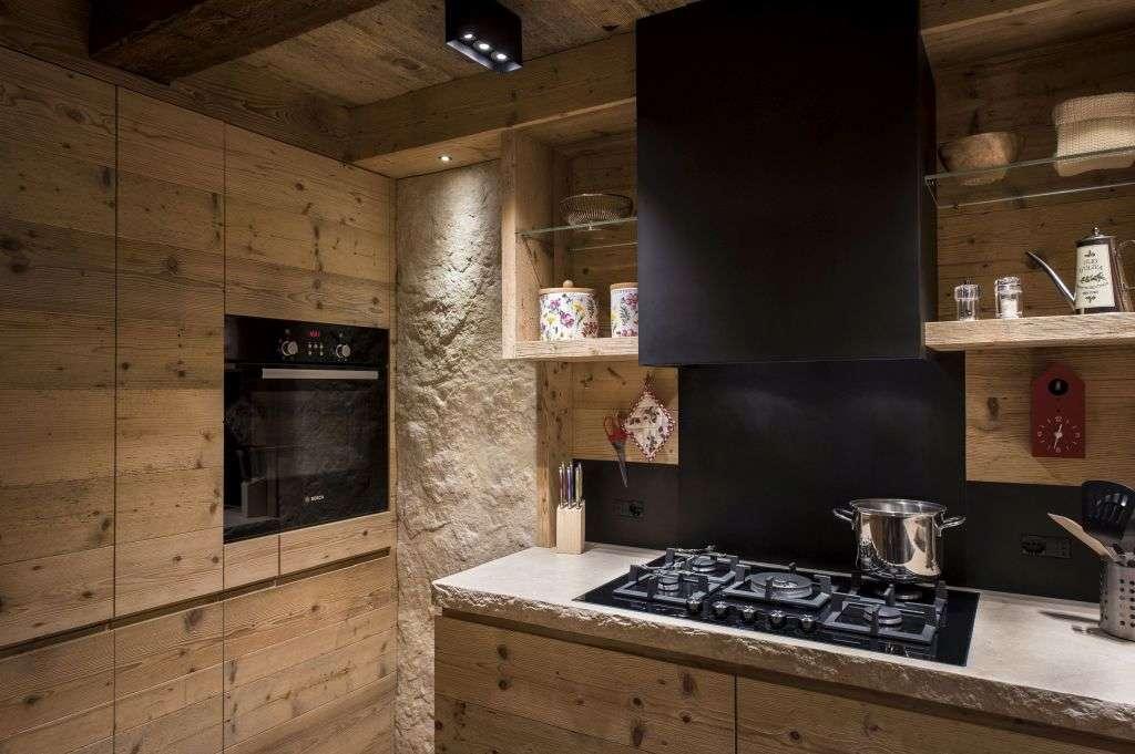 Abete, pietra e comfort in una cucina sulle Dolomiti   Ambiente Cucina