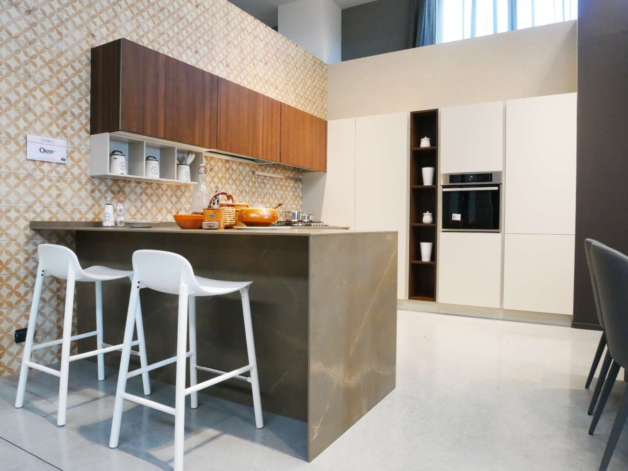 GalleryHouse_Altamura_BA_cucina_penisola_legno_bianca_pietra